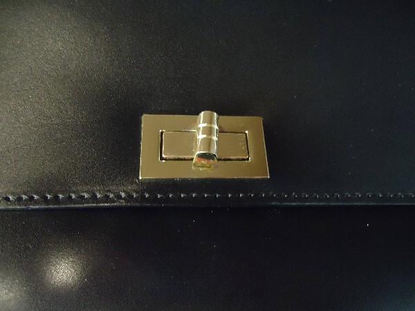 76917c17d3d9 Внутри одно отделение и карман на молнии. Логотип Tosca Blu снаружи.  Плечевой ремень в комплекте. Выручает меня, когда необходимо создать  деловой стиль.